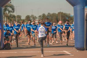 Participantes se preparam para a largada da corrida.